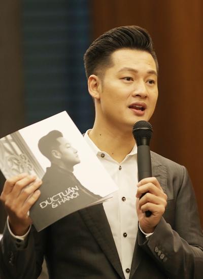 Đức Tuấn giới thiệu album ở buổi ra mắt tại TP HCM chiều 28/12.