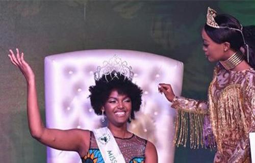 Hoa hậu Dorcas Dienda (trái) được trao vương miện Hoa hậu Châu Phi 2018.