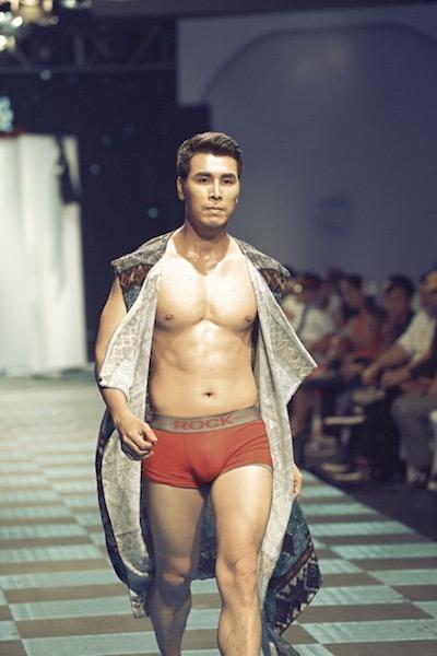 Xuất hiện với vị trí mở màn trong chương trình với những mẫu quần lót của Rock, Hoàng Phi Kha với một phong thái mạnh mẽ và làm khuấy động sân khấu thời trang.