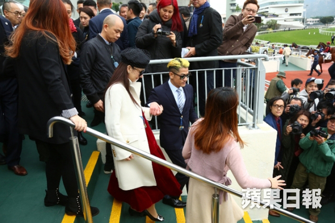 Quách Phú Thành đưa vợ bầu đi xem đua ngựa