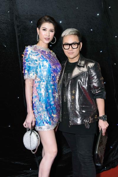 Người mẫu Trang Khàn diện áo seuqin của nhà thiết kế Chung Thanh Phong (phải).
