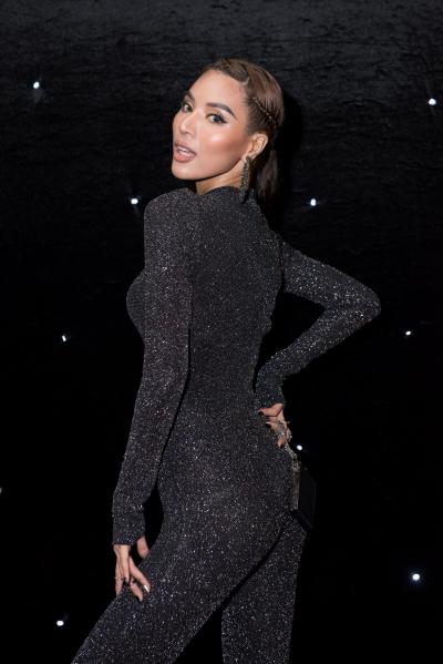 Siêu mẫu Khả Trang chọn jumpsuit bó sát.