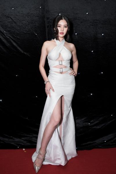 Jolie Nguyễn diện váy cut-out.