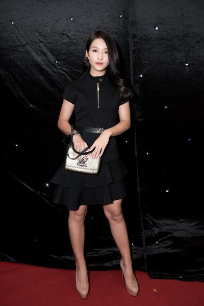 Khả Ngân diện váy đơn giản kết hợp túi hiệu Louis Vuitton.