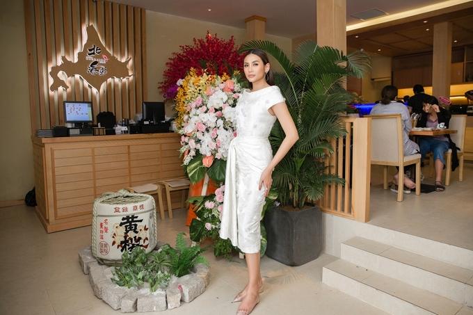 Võ Hoàng Yến, Minh Hằng đối lập phong cách dự khai trương nhà hàng Nhật
