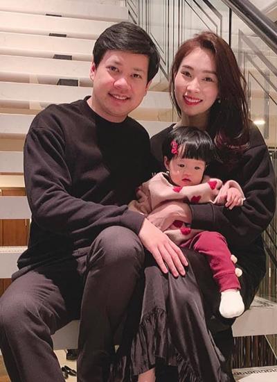 Vợ chồng Đặng Thu Thảo bên con gái.