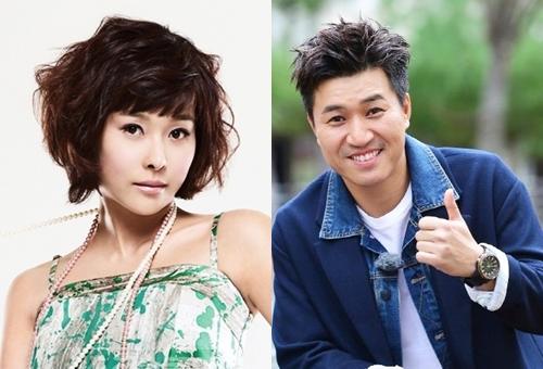 Ca sĩ Kim Jong Min và diễn viên, người mẫu hơn anh ba tuổi - Hyun Young - lên trang nhất của Dispatch vào ngày 1/1/2008. Cặp tình nhân này cũng mở màn cho truyền thống khui tin hẹn hò của trang săn tin nhanh nhạy hàng đầu Hàn Quốc. Đại diện hai bên lập tức xác nhận khi loạt ảnh tâm sự trên xe hơi, nắm tay nhau ở nước ngoài lộ diện. Trước đó họ nhiều lần bị đồn yêu nhau,Kim Jong Min thậm chí đập vỡ máy ảnh của phóng viên để phủ nhận chuyện hẹn hò.Hiện Hyun Young đã yên bề gia thất, trong khi Kim Jong Min vẫn độc thân.