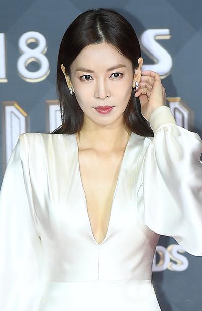 Ác nữ đẹp nhất Hàn Quốc - Kim So Yeon - diện váy xẻ ngực sâu.