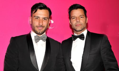 Hoạ sĩ Jwan Yosef (trái) và ca sĩ Ricky Martin.