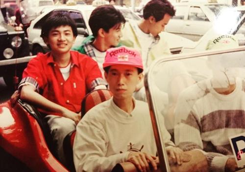 Tối 2/1, Tô Hữu Bằng (áo đỏ)đăng trên trang cá nhân bức ảnh cùng nhóm Những Chú Hổ Con tham gia buổi ký tặng fan ở Đài Loan. Lúc đó anh 16 tuổi. Nam diễn viên mời fan kể kỷ niệm ở buổi ký tặng.