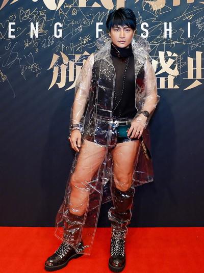 Những năm gần đây, Trần Chí Bằng thường bị chỉ trích mặc phản cảm.