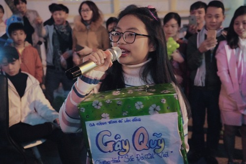 Ca sĩ nhí tự cầm thùng tiền để quyên góp cho các bạn sinh viên.