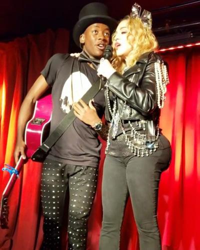 Madonna lộ vòng ba bất thường trong đêm diễn giao thừa.