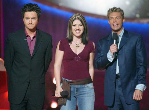 Brian Dunkleman (trái) trên sân khấu American Idol 2002 cùng Kelly Clarkson và Ryan Seacrest (phải).