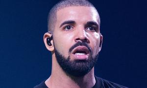 Drake gây tranh cãi khi hôn, sờ soạng fan 17 tuổi trên sân khấu