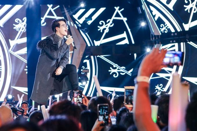 Mỹ Tâm, Hà Anh Tuấn hát sung sức trước hàng chục nghìn khán giả