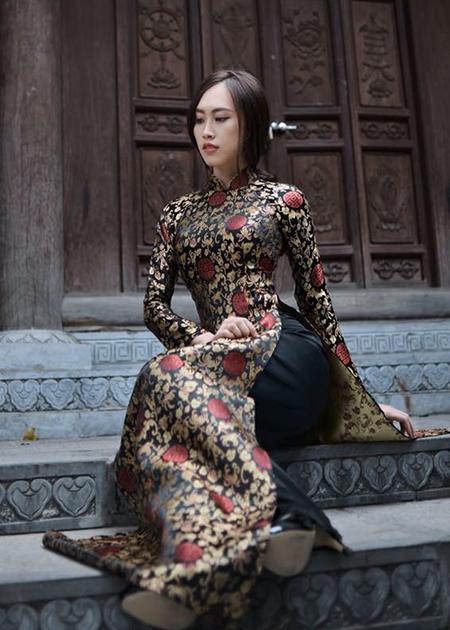 Vợ sắp cưới NSND Trung Hiếu nền nã với áo dài.