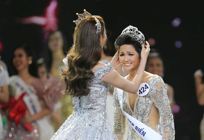 Những khoảnh khắc xúc động của H'Hen Niê trong năm đầu là hoa hậu