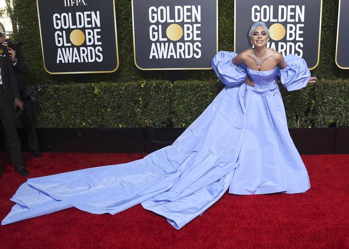 Lady Gaga diện váy 'Lọ Lem' quá khổ lên thảm đỏ
