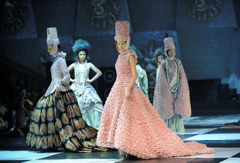 Lý Quí Khánh sinh ngày 16/12/1988 trong một gia đình kinh doanh lâu đời tại Sài Gòn. Vẻ đẹp quý phái của những người phụ nữ trong gia đình là nguồn cảm hứng đặc biệt trong các thiết kế của anh từ khi còn nhỏ đến sau này. Từng học tập tại Mỹ và làm việc trong ngành thiết kế nội thất nhiều năm, Lý Quí Khánh quyết tâm theo đuổi niềm đam mê, trở thành nhà thiết kế thời trang vào năm 2010. Năm 2011, Lý Quí Khánh lần đầu xuất hiện trước công chúng với bộ sưu tập Antique Passion được trình diễn trong Đẹp Fashion Show 10. Các thiết kế gây ấn tượng với người xem bằng phong cách chịu ảnh hưởng nhiều từ nghệ thuật cổ điển châu Âu. Trang phục của anh đi theo hướng quý phái, đài các, bay bổng và làng mạn. Đây cũng là phong cách anh theo đuổi trong suốt 10 năm làm nghề.