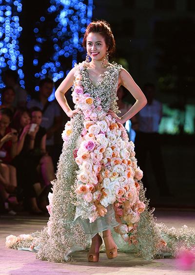 Năm 2014, nhà thiết kế mời Hoàng Thùy Linh làm vedette trong show diễn ởĐẹp Fashion Runway 3 tại Hà Nội. Nữ diễn viên bước ra với bộ váy được kết từ những bông hoa thật đầy sắc màu. Khán giả thích thú khi người đẹpđi đến đâu, hương thơm ngọt ngào của những cánh hoa hồng lưu lại đến đó.