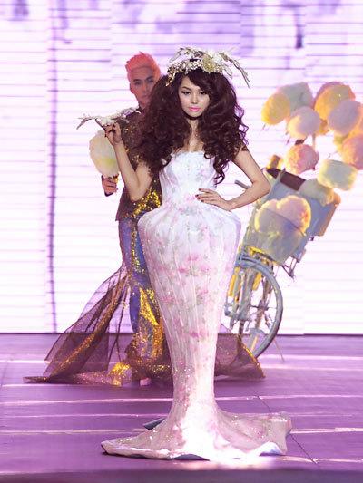 Năm 2013, Lý Quí Khánh ra mắt bộ sưu tập mới trong Đẹp Fashion Show 11.