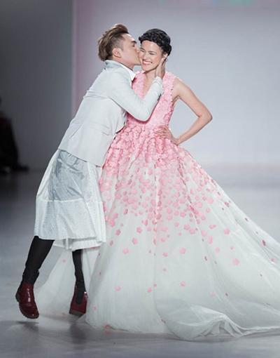 Tuyết Lan Tuyết Lan được giao vị trí vedette trong phần giới thiệu bộ sưu tập của Lý Quí Khánh sau một thời gian vắng bóng tại các sàn diễn thời trang.