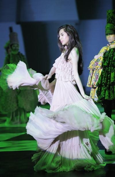 Người mẫu đặc biệt trong show này làca sĩ Thủy Tiên. Cô thể hiện một thiết kế xếp tầng, xếp ly màu hồng nhạt.