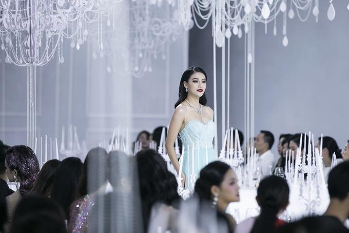 Dàn mỹ nhân Việt trình diễn váy dạ hội