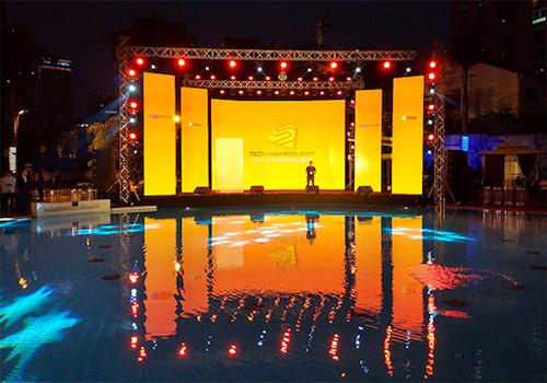 Sân khấu kết hợp bể bơi của sự kiện Tech Awards 2017.