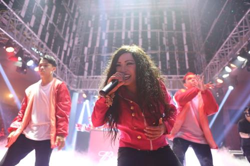 Nữ ca sĩ Phương Thanh đốt cháy sân khấu Budweiser bằng giọng hát đầy nội lực.  Ngoài là một ca sĩ hết mình trên sân khấu, ít ai biết chị Chanh còn là một fan cứng của bóng đá