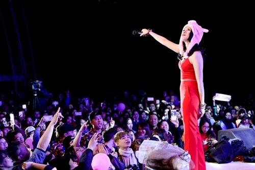 Mỹ Tâm hát cùng khán giả Đà Nẵng cuối năm 2017.