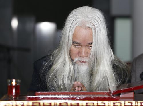 Nhà phê bình Phạm Xuân Nguyên nhìn mặt bạn lần cuối.