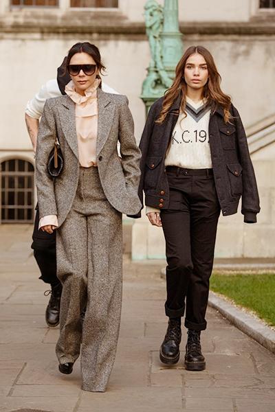 Victoria Beckham và người mẫu Hana Cross.
