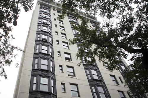 Ngôi nhà ở tầng 10rộng gần 500 mét vuông, với tầm nhìn hướng ra cả bốn mặt.