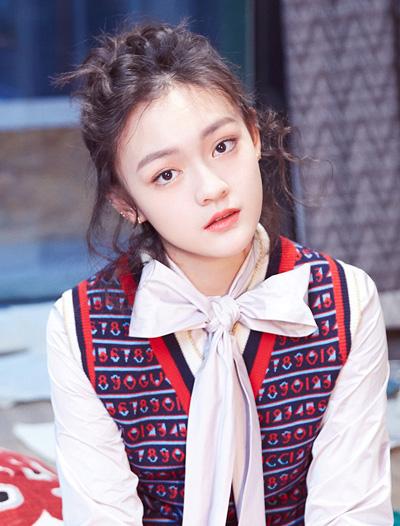Văn Kỳ xếp thứ ba. Cô 16 tuổi, được giới chuyên môn kỳ vọng kế tục Chương Tử Di. Năm 2017, Văn Kỳ được đề cử Nữ diễn viên chính xuất sắc giải Kim Mã, với phim Gia niên hoa.