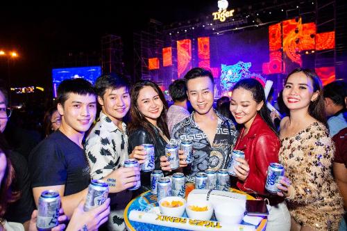 Tiger Remix trở thành nơi tụ họp của nhiều bạn trẻ. Tất cả cùng hoà mình vào không khí âm nhạc đỉnh cao đầu năm mới.