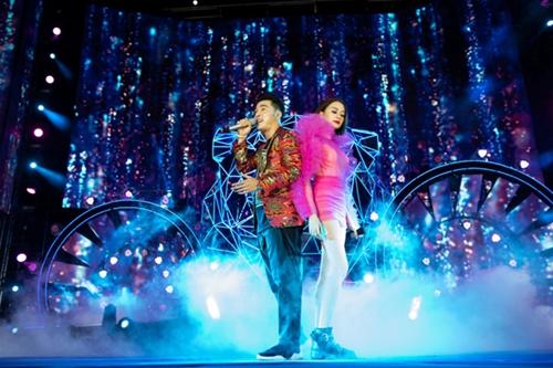 Cựu thành viên nhóm 1088 trình diễn một số ca khúc được xem là hiện tượng mạng 2018 như Hongkong 1, Buồn của anh cùng nữ ca sĩ Thiều Bảo Trang.