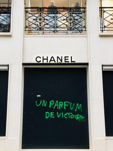 Cửa hàng Chanel bị phong trào Áo vàng tấn công.
