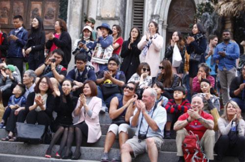 Các du khách trong và ngoài nước cùng thưởng thức buổi hòa nhạc ngoài trời.