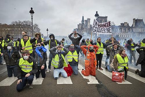 Phong trào biểu tình Áo vàng ở Pháp. Ảnh: Vogue.