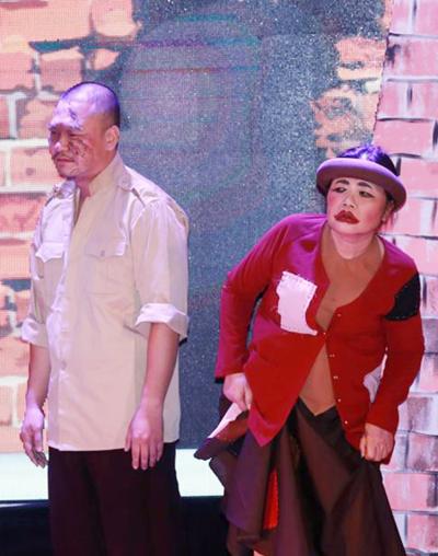 Nghệ sĩ Tiến Minh trong vai Chí Phèo (trái) và NSND Lệ Ngọc trong vai Thị Nở.
