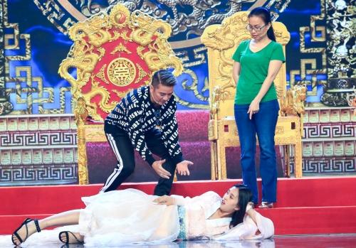 Người đẹp diễn cùng Đàm Vĩnh Hưng, Cẩm Ly.