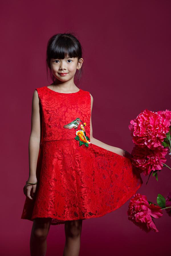 Vợ, con gái Bình Minh mặc rực rỡ đón Tết