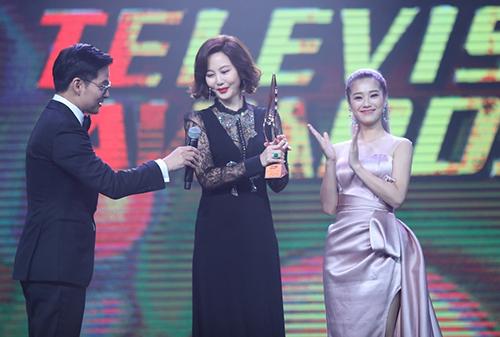 Cô giữ vai trò là người trao giải thưởng Nữ diễn viên chính xuất sắc cho Kim Nam Joo.