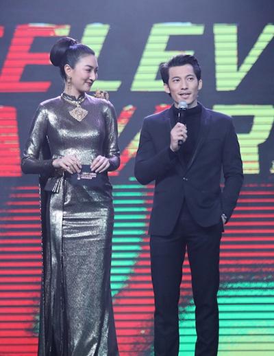 Nam diễn viên Liên Bỉnh Phát đã tận tay trao chiếc cúp cho đại diện chương trình The Apartment: Passion For Design Edition mùa thứ 6 đạt được chiếc cúp Chương trình truyền hình xuất sắc nhất