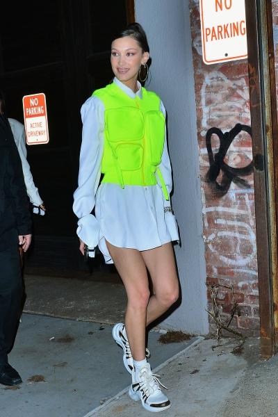 Neon là một trong những xu hướng nổi bật của Xuân Hè 2019. Là ngôi sao luôn tiên phong trong thời trang, Bella Hadid vừa gây chú ý khi ra phố với chiếc áo khoác chống đạn màu xanh nõn chuối theo phong cách warcore.