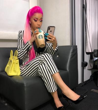 Rapper Cardi B nhuộm tóc hồng ombre.
