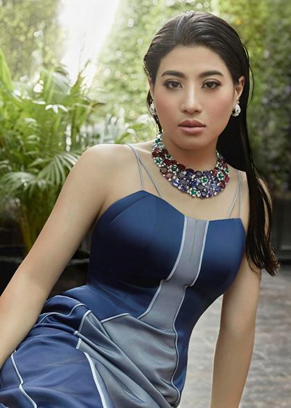 Cô có nhiều người hâm mộ ở Thái Lan nhờ vẻ ngoài sành điệu, tự tin.