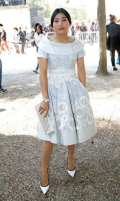 Váy trắng thêu hoạ tiết của Giambattista ValliMột chương trình tuần lễ thời trang khác, một diện mạo tuyệt vời khác dành cho công chúa Thái Lan! Hoàng gia sành điệu mặc một chiếc váy thêu màu xám và màu xám, được kết hợp với một chiếc ly hợp trơn và bơm mũi nhọn, vào ngày thứ bảy của Tuần lễ thời trang Paris vào tháng 10 năm 2016. Bộ trang phục là hình ảnh hoàn hảo cho show diễn Xuân-Hè 2017 của Giambattist